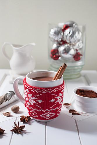 Heißer Kakao mit Zimtstangen in Weihnachtstasse
