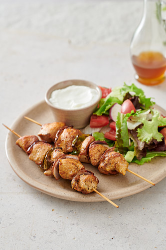 Turkey skewers with salad and yoghurt dip