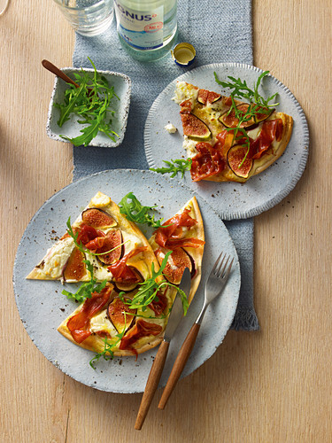Pizza with figs and goat's cream cheese from a pan