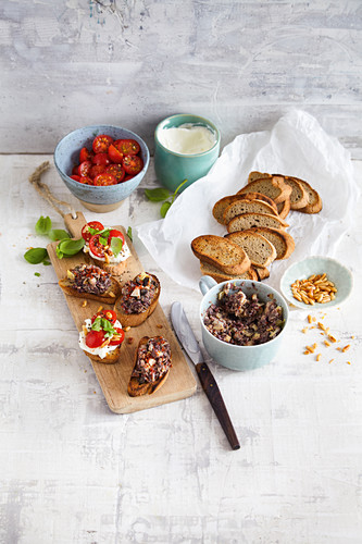 Crostini with tapenade (low carb)