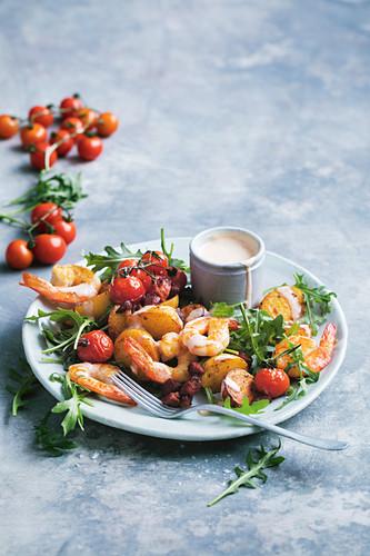 Patatas-Bravas-Salat mit Garnelen und Tomaten