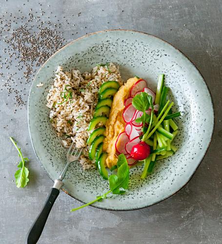 Chia rice with hummus, cucumber and radishes