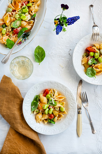 Fresh broad beans pasta with tomatoes, onion and basilic