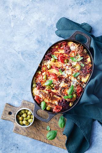 Pizza Strata Auflauf mit Tomaten, Oliven und Basilikum
