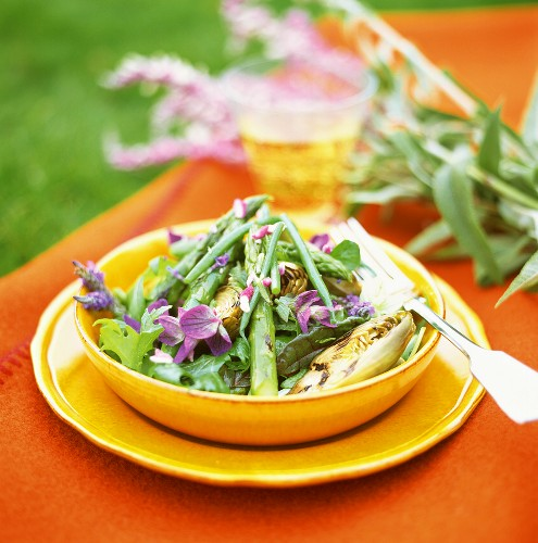 Green asparagus salad with artichokes and flowers