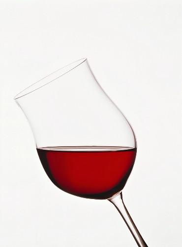 Glas deutscher Spätburgunder (aufgehellte rubinrote Farbe)