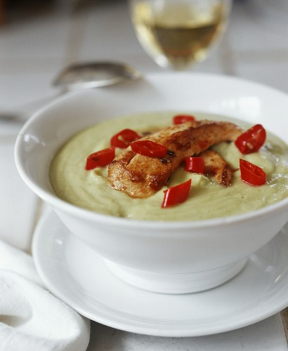 Guacamole soup with chicken breast fillet & chili rings