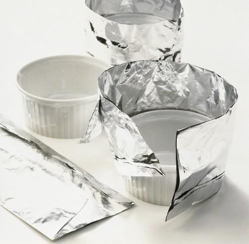 Wrapping aluminium foil around a soufflé dish