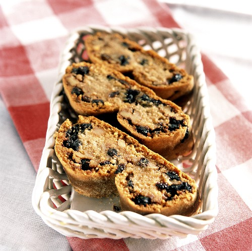 Pitaimpigliata (walnut and raisin cookies) Calabria, Italy