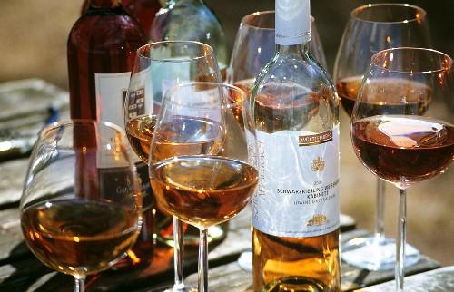 Roséwein in Gläsern und in Flaschen