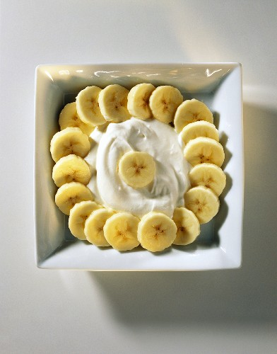 Low-fat quark with sliced banana