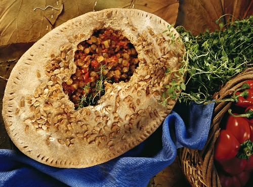 Lentils with peppers and chili peppers in baked pastry case