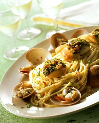 Pasta con caparazzoli e capesante (spaghetti with shellfish)