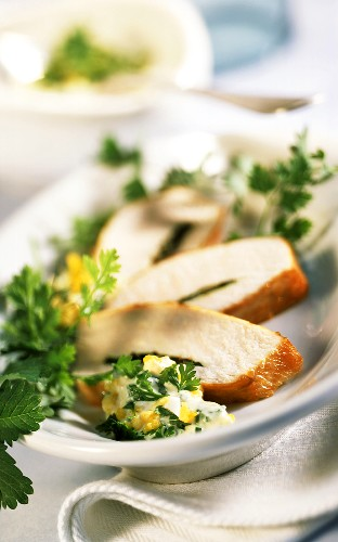 Barbecued chicken breast fillets with green sauce