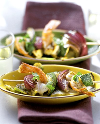 Shrimp kebab with courgettes & onions on artichokes