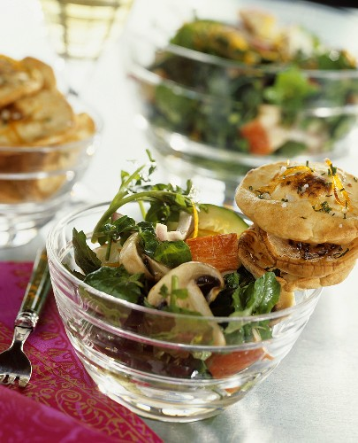 Bunter Salat mit Krabbenfleisch und Champignons