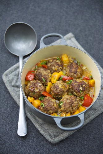 Meatballs in pumpkin and pepper stew