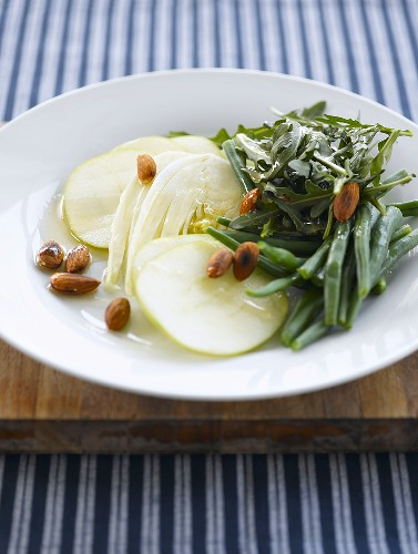 Rocket salad with beans, apple slices, fennel and almonds