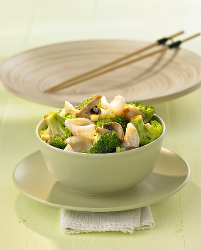 Fried squid with broccoli and mushrooms