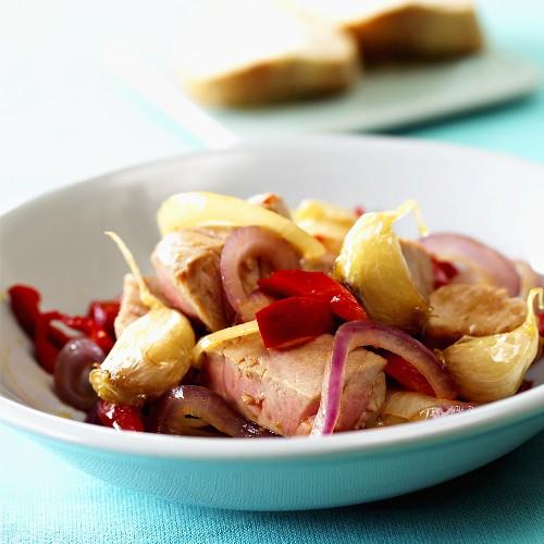 Kalbsfilet mit Knoblauch, Zwiebeln und Paprika geschmort