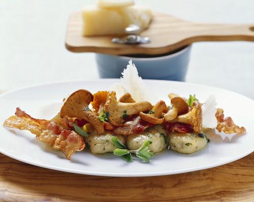 Gnocchi ai finferli (Gnocchi with chanterelles and bacon)