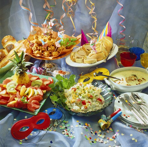 Party buffet: fish- & fruit salad, filet en croûte, deep-fried veg