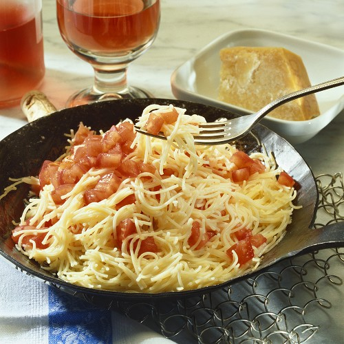 Pasta with fresh tomatoes (quick recipe)