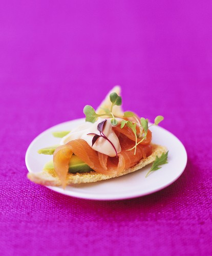 Melba toast with smoked salmon and avocado