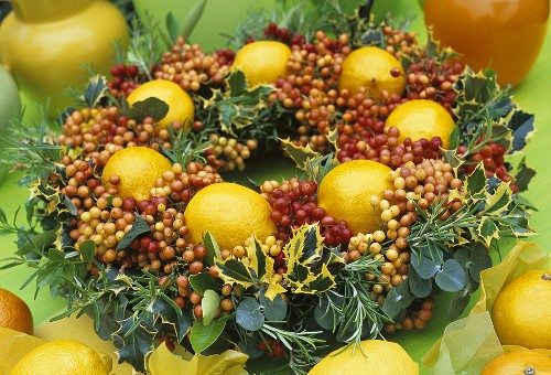 Weihnachtskranz mit Cotoneasterbeeren, Stechpalme, Zitronen