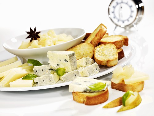 Toasted bread with cheese and pear compote