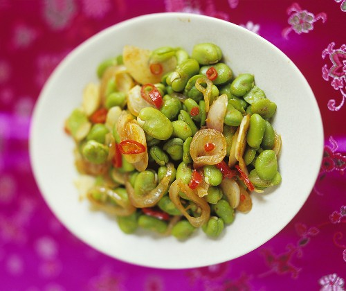 Stir-fried broad beans with red curry (Thailand)