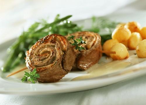 Entrecote-Roulade mit Senfsauce, Bohnen und Kartoffeln