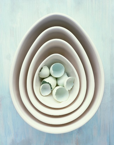 Blue eggshells in nested dishes