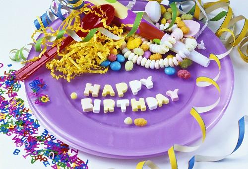 Teller mit Deko für eine Geburtstagsparty