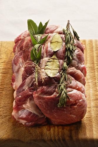 Roher Schweinerollbraten mit Rosmarin, Lorbeer und Salbei