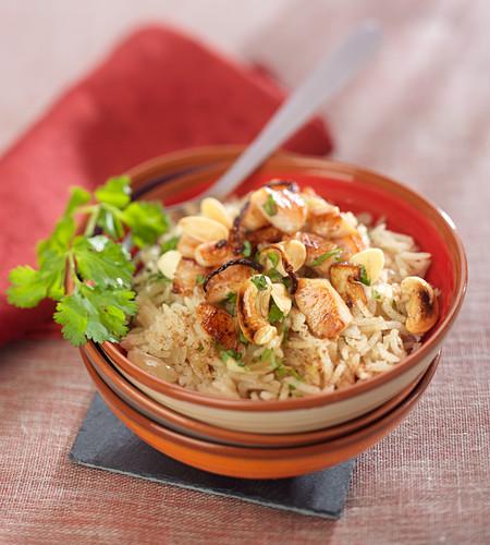 Pilaw mit Hähnchen, Cashewnüssen, Mandeln und Gewürzen