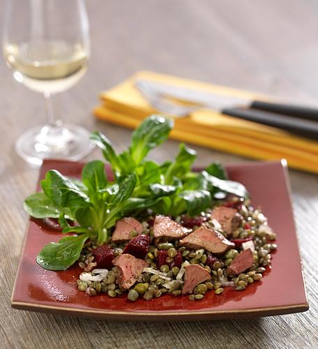 Salat mit grünen Linsen, Hühnerleber, Rote-Bete und Feldsalat