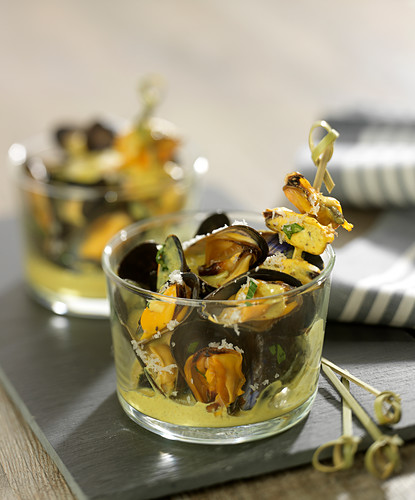 Miesmuscheln mit Currysauce und Kokos in Gläsern