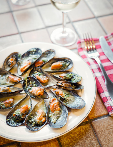 Grilled mussels with parsley