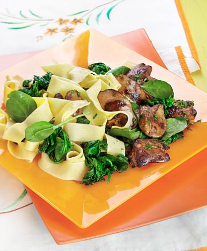 Papardelle mit Geflügelleber und Spinat