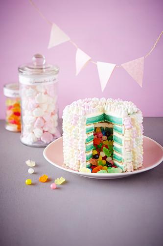 Pinata-Schichttorte mit Süßigkeiten gefüllt
