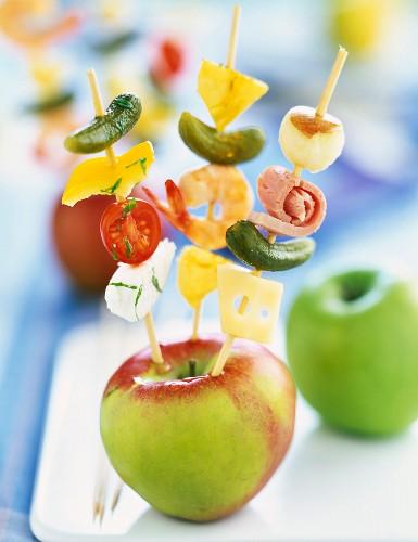 Aperitif brochettes pricked in an apple