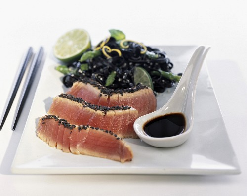 Tuna with sesame seeds and cuttlefish ink pasta