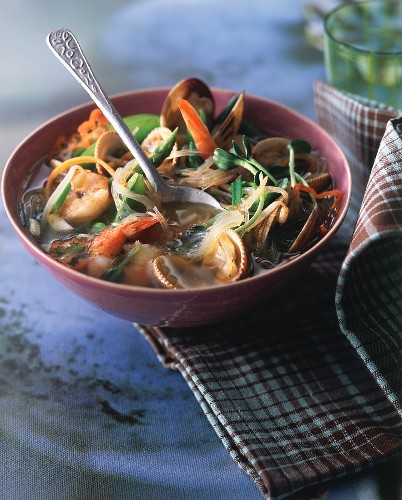 Spicy broth with soya vermicelli and shellfish