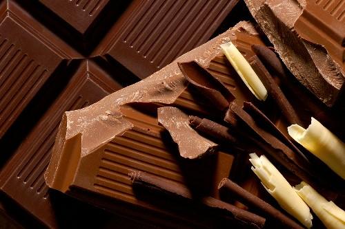 Schokoladentafeln mit Schokoladenröllchen, dunkel und hell