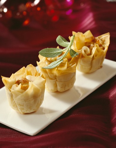 Crispy filo pastry canapés with blue cheese