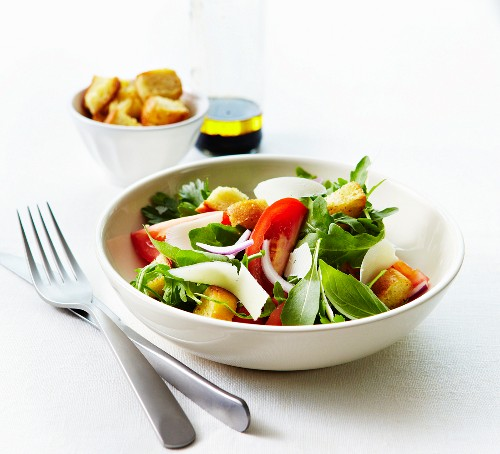 Southern salad with garlic croutons