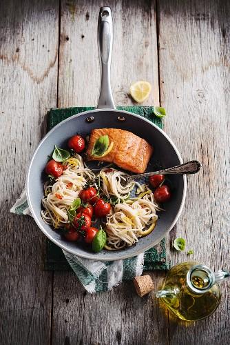 Salmon and spaghetti with lemon, tomatoes and basil