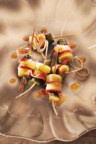 Skewers with potatoes, San Daniele ham, gherkins and vinaigrette