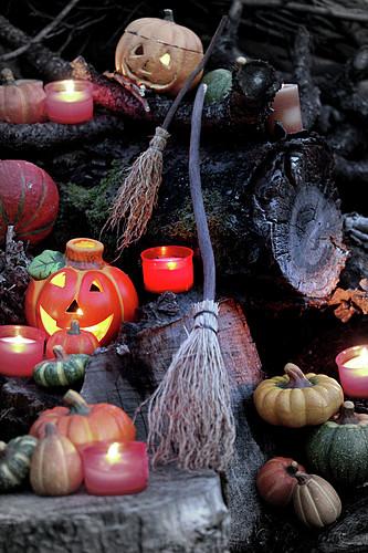 Halloween-Stillleben mit Kürbislaternen